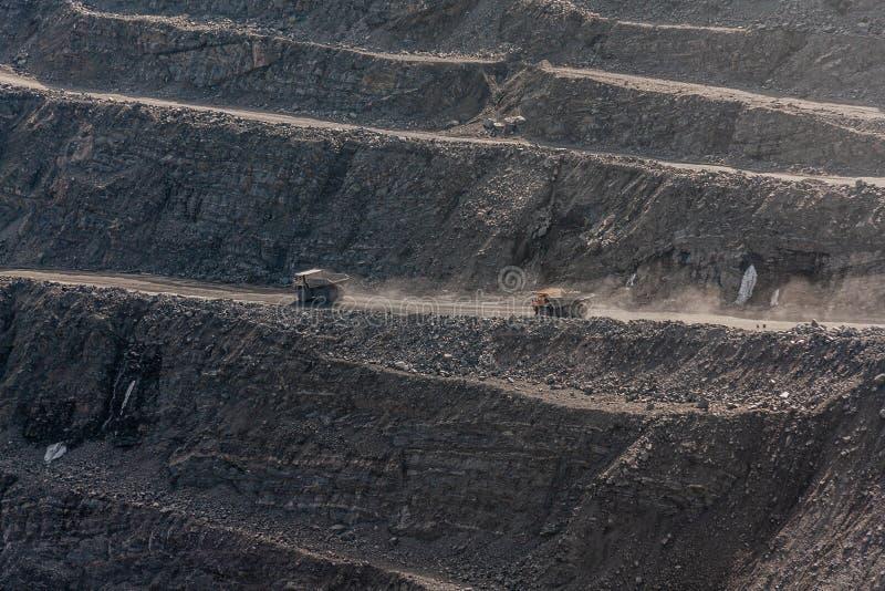 Самосвалы Gigat работают в шахте для продукции апатита в утесе нося области Мурманск стоковые изображения rf