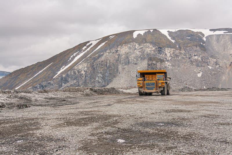 Самосвалы Gigat работают в шахте для продукции апатита в утесе нося области Мурманск стоковое изображение rf