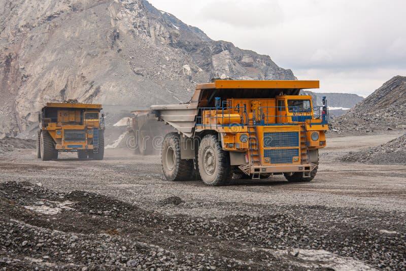 Самосвалы Gigat работают в шахте для продукции апатита в утесе нося области Мурманск стоковая фотография