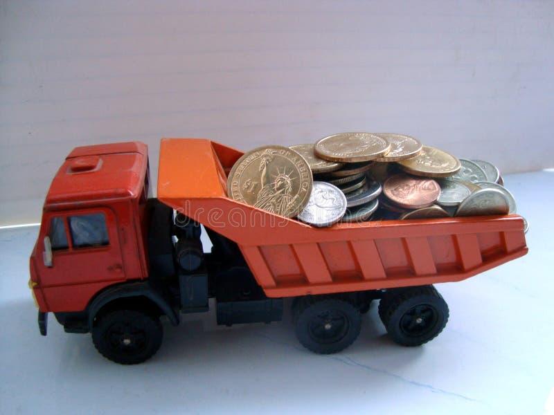 Самосвал 3 wheelset axled нагруженный монетками стоковые изображения