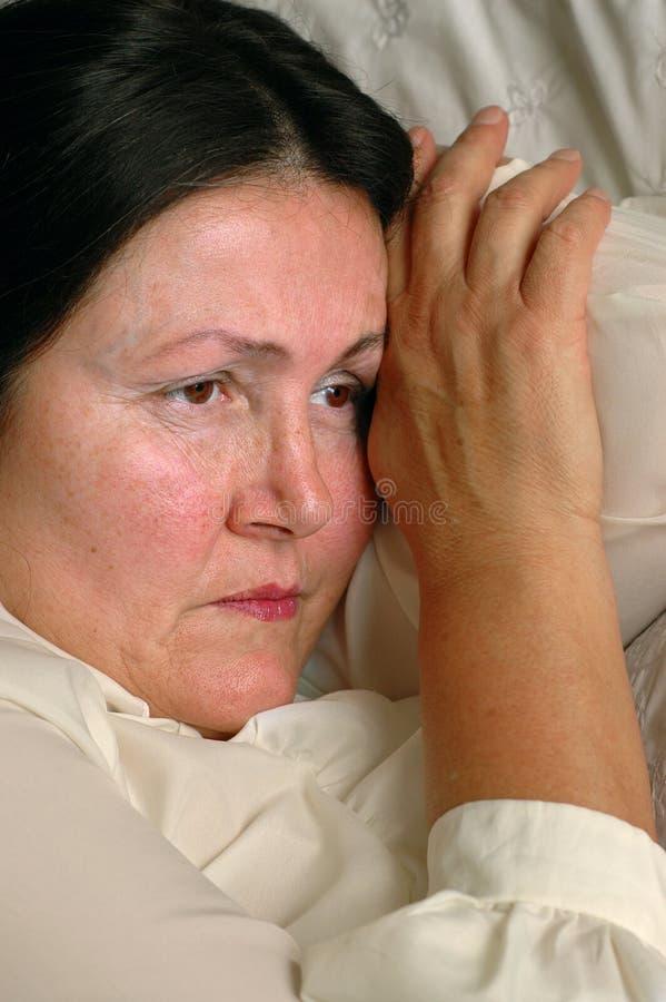самостоятельно горюя более старая женщина стоковая фотография rf