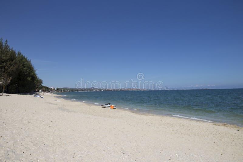 Самостоятельно шлюпка на ярком голубых и белых песке и облаках стоковые фото