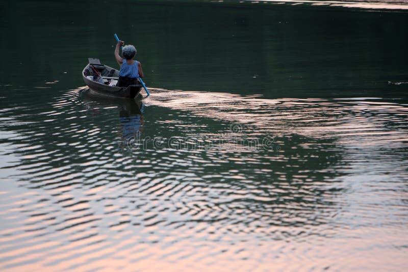 Самостоятельно на реке стоковая фотография rf