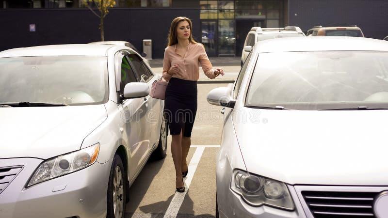 Самоуверенная бизнес-леди идя к автоматическому, возвращающ домой после рабочего дня стоковые фотографии rf
