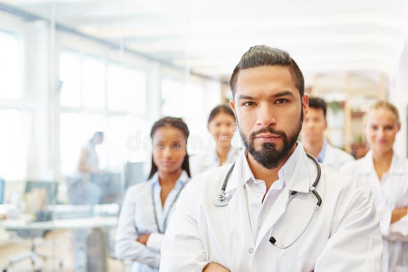 Самоуверенный босс с командой докторов стоковая фотография rf