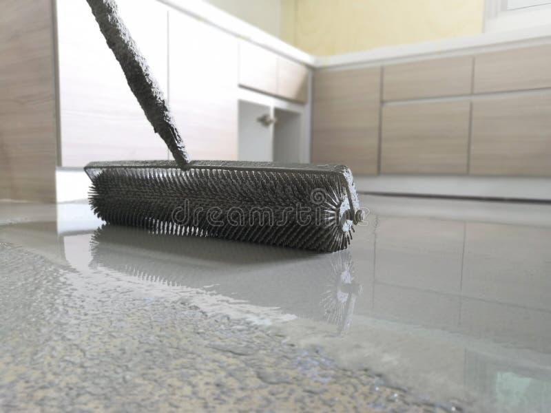 Само-выравнивать бетон с роликом стоковые фото