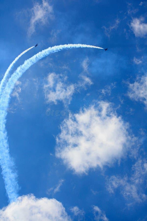 Самолеты в небе на авиасалоне стоковые фотографии rf
