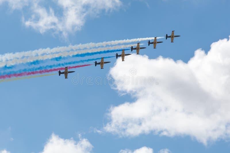 Самолеты летая в ряд стоковая фотография rf