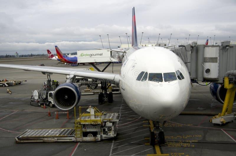 Самолеты на авиапорте Сиэтл стоковые фотографии rf