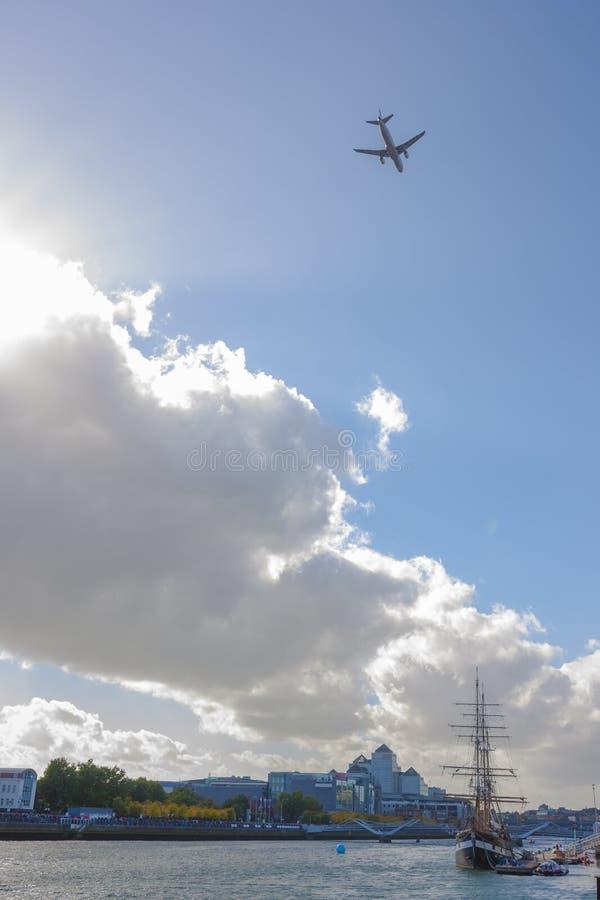 Самолеты над Dublín стоковое изображение