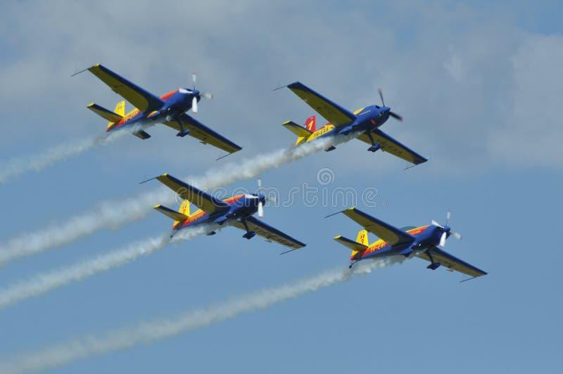 Самолеты skywriting во время фестиваля воздуха стоковая фотография rf