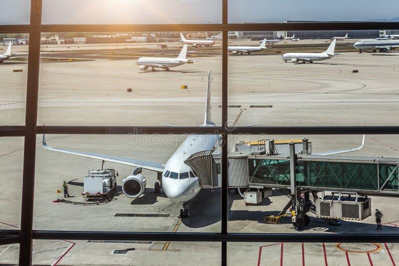 Самолет авиакомпаний подготавливает для пассажиров взойти на борт стоковая фотография