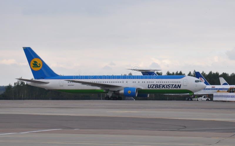 Самолет авиалиний Узбекистана стоковые фото