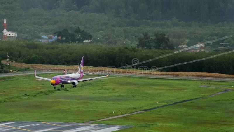 Самолет авиалиний Nokair, Боинг 738, приземляясь на airpo Пхукета стоковое фото rf