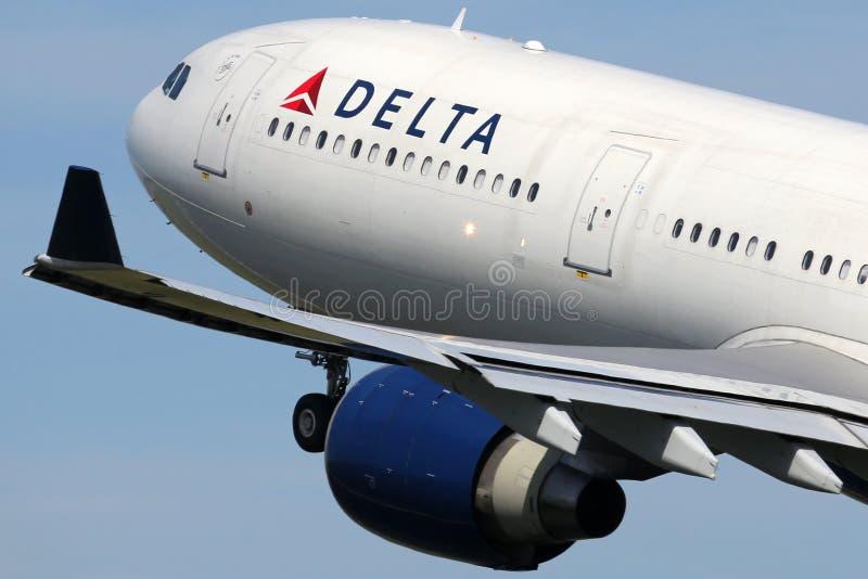 Самолет аэробуса A330-300 Delta Airlines стоковые фотографии rf