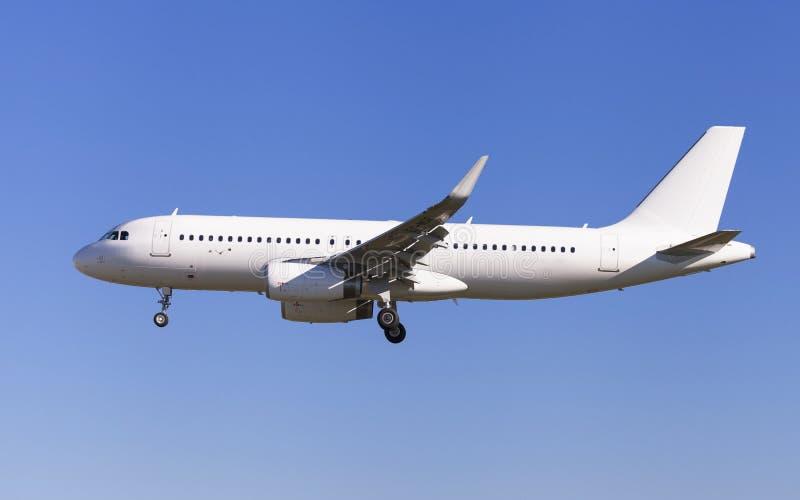 Самолет без ливреи причаливая к авиапорту стоковые изображения rf