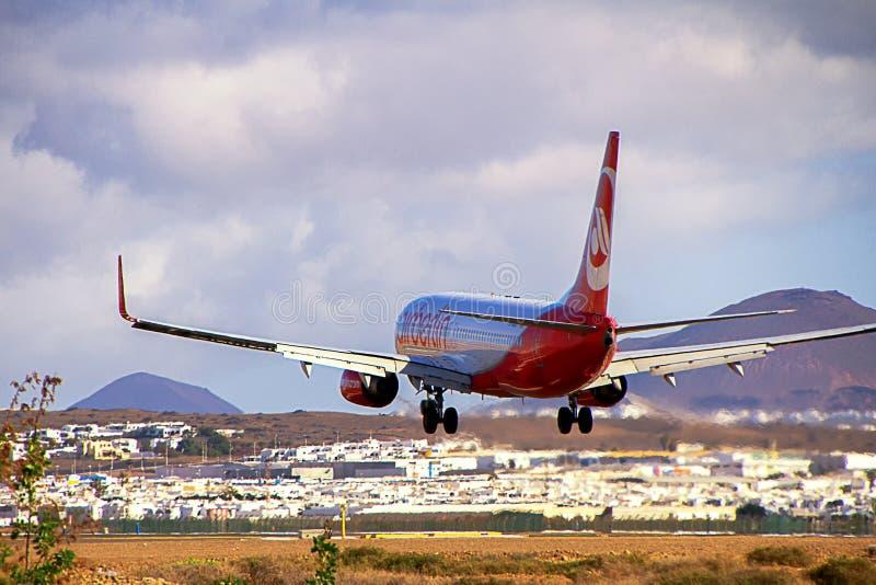 Самолет Боинг 737-800 Airberlin приземляясь на остров Лансароте стоковая фотография