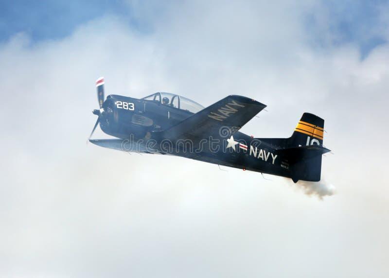 Самолет военно-морского флота делая демонстрацию на потехе Солнця n стоковое фото