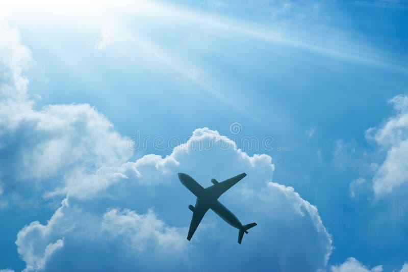 Самолет в голубом небе и облаке на восходе солнца стоковая фотография rf