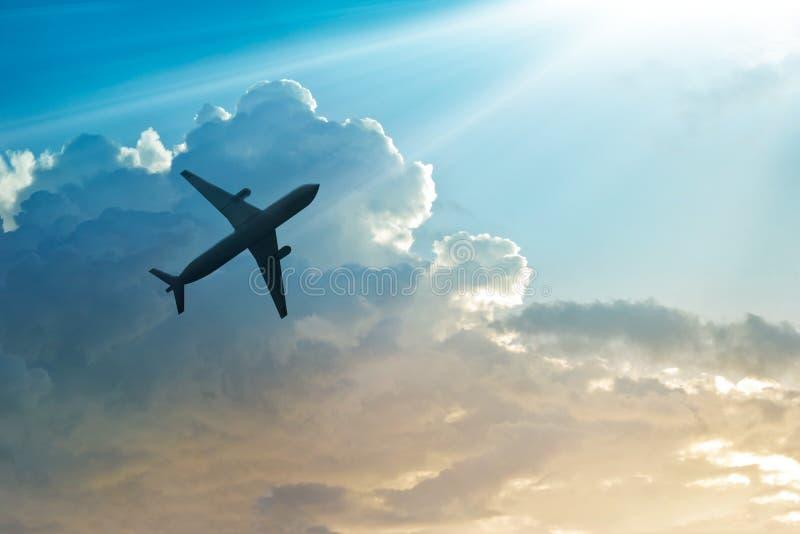 Самолет в небе и облаке на восходе солнца стоковые фото