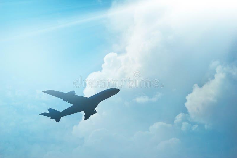 Самолет в небе и облаке на заходе солнца стоковые изображения