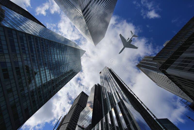 Самолет в Нью-Йорке между зданиями стоковая фотография