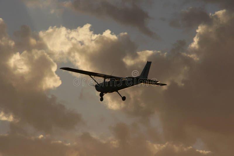 Самолет в облака стоковые фотографии rf