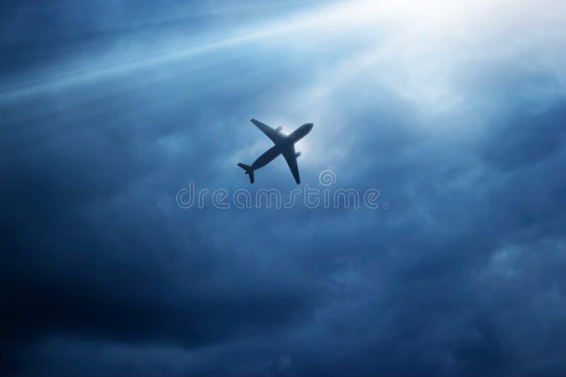 Самолет в синих небе и облаке в strom стоковые фото