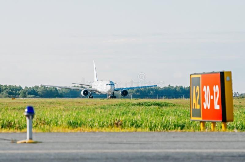 Самолет готовый для принимает отклонению взлётно-посадочная дорожка авиапорта стоковые изображения rf