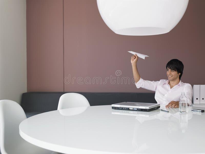 Самолет летания бизнесмена на столе офиса стоковая фотография rf