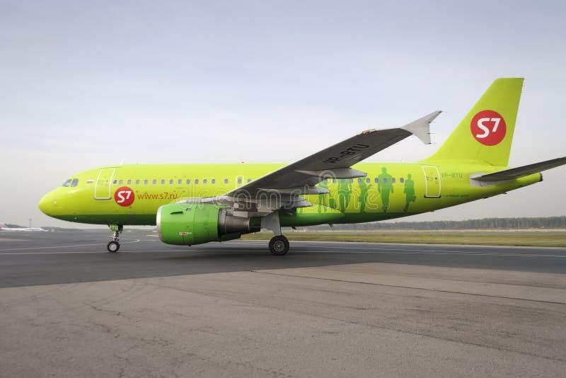 Самолет делает ездить на такси на международном аэропорте Domodedovo taxiway стоковое изображение rf