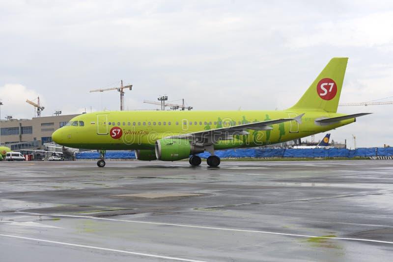 Самолет делает ездить на такси на международном аэропорте Domodedovo taxiway стоковые фотографии rf