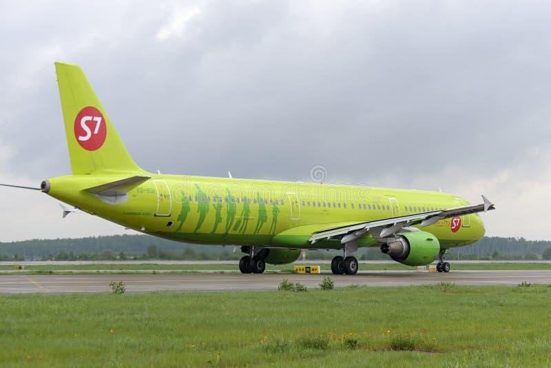 Самолет делает ездить на такси на международном аэропорте Domodedovo taxiway стоковая фотография
