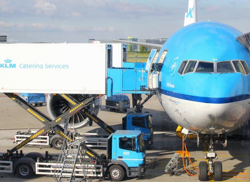 Самолет загрузки ресторанных обслуживаний KLM, Schiphol стоковое изображение rf