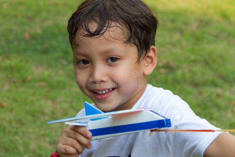 самолет игрушки игры мальчика стоковые фото