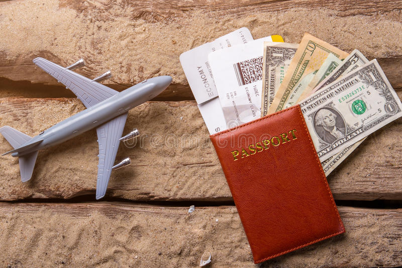 Самолет и пасспорт игрушки стоковая фотография