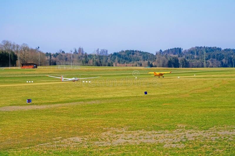 Самолет и планер кудели готовые для взлета стоковое изображение rf