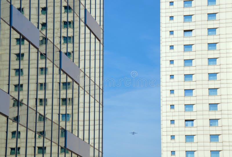 Самолет и 2 современных небоскреба стоковое фото