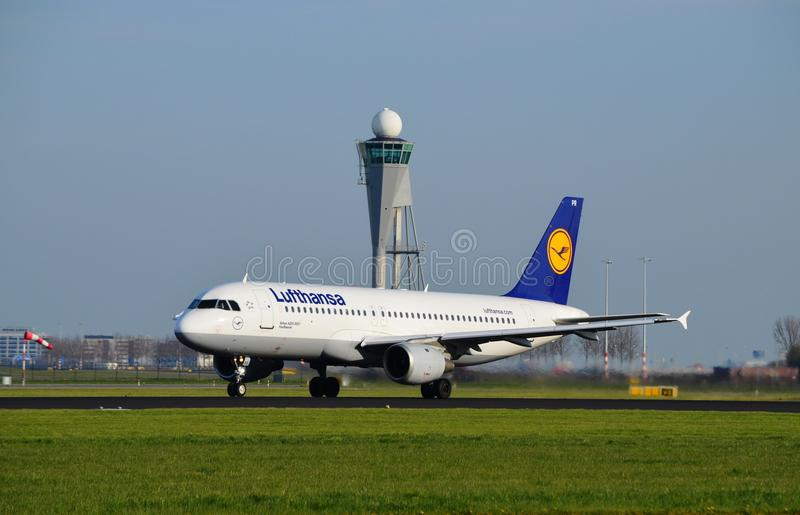 Самолет Люфтганзы принимает  стоковое изображение rf