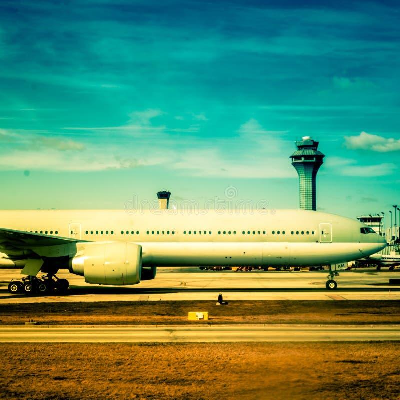 Самолет на взлётно-посадочная дорожка стоковое фото