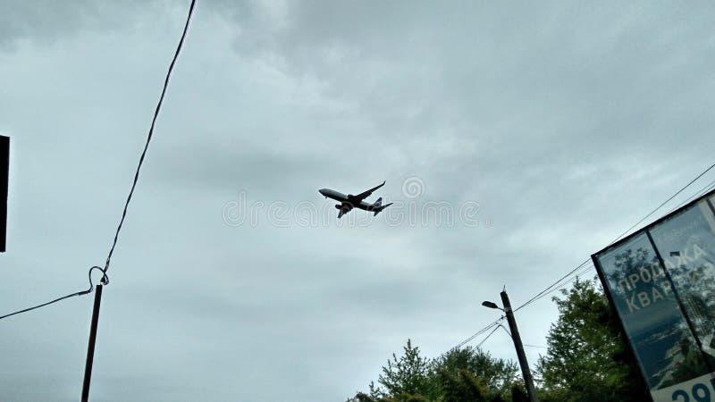 Самолет над городом стоковая фотография rf