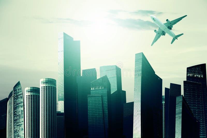 Самолет над современными небоскребами в финансовом районе против стоковая фотография rf