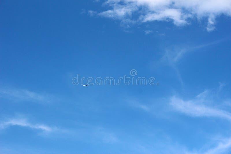 Самолет на ясном голубом небе стоковое фото rf