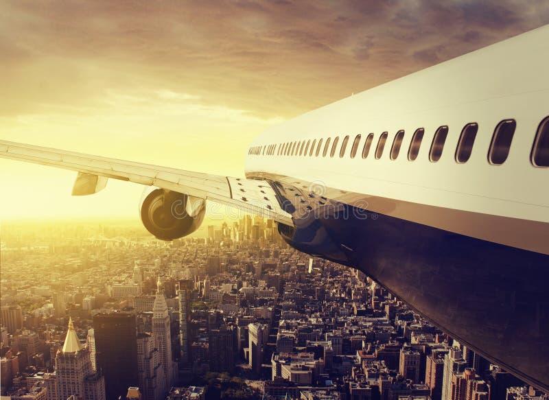 Самолет над NY стоковая фотография