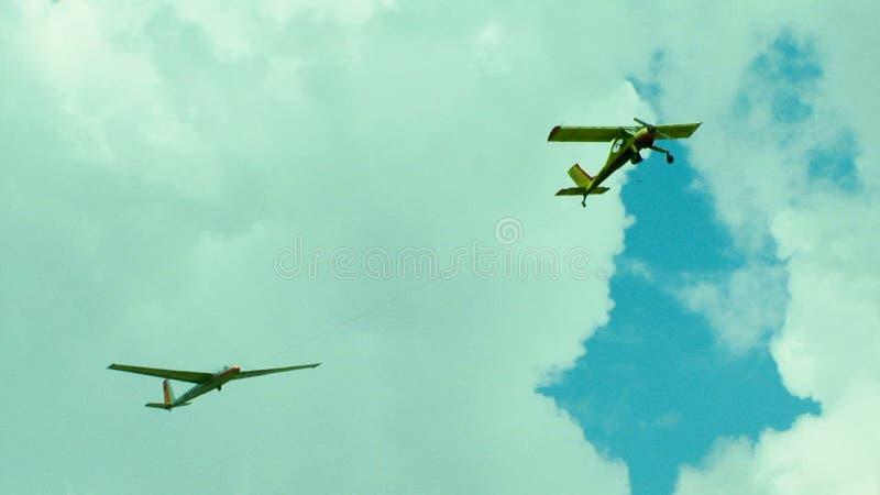 Самолет отбуксировки планера высокий в небе сток-видео