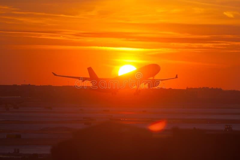 Самолет пассажира принимая  стоковое изображение rf