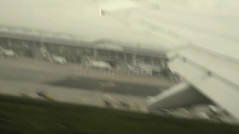Самолет принимает от авиапорта увиденного от окна видеоматериал