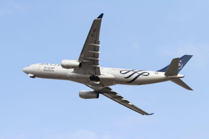 самолет принимает стоковое изображение rf