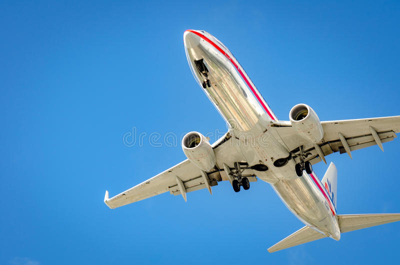 Самолет причаливая авиапорту и приземляясь в Майами стоковое фото rf