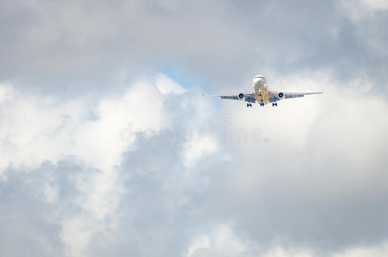 Самолет причаливая авиапорту и приземляясь в Майами стоковые фотографии rf